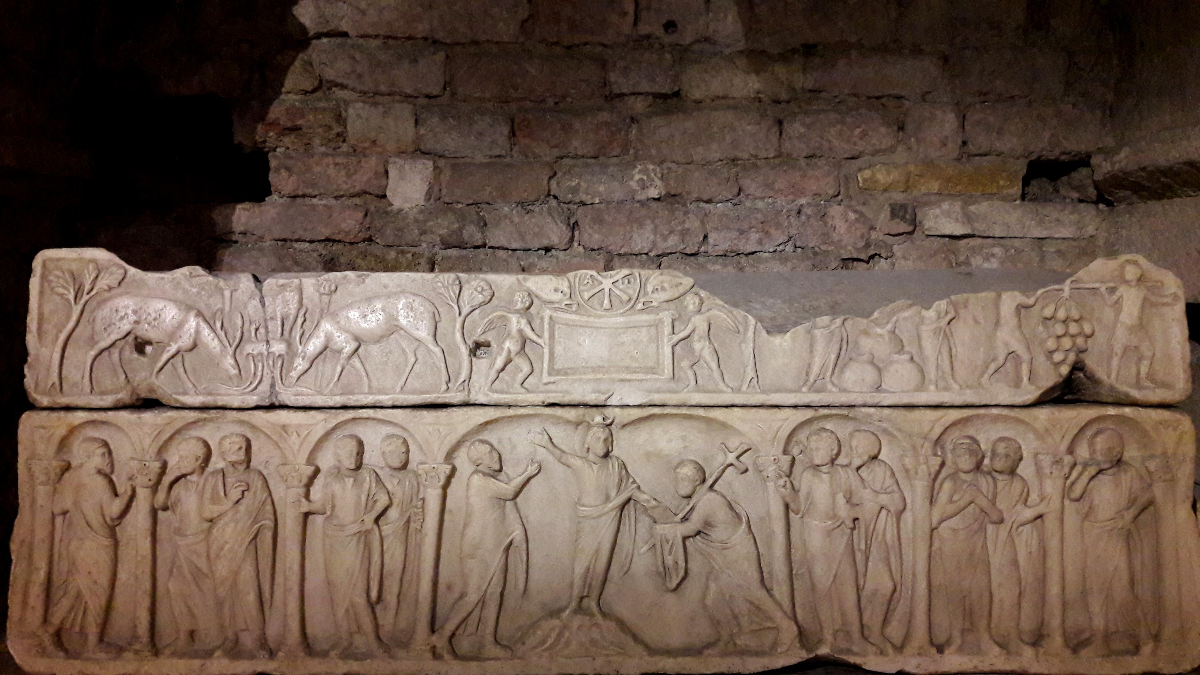 visite guidée des cryptes de Saint Victor: un sarcophage commenté