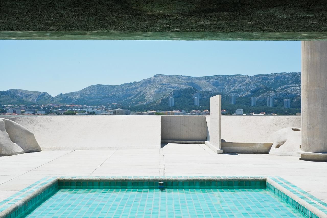 visite privée de la cité Radieuse à Marseille: le toit terrasse et sa piscine